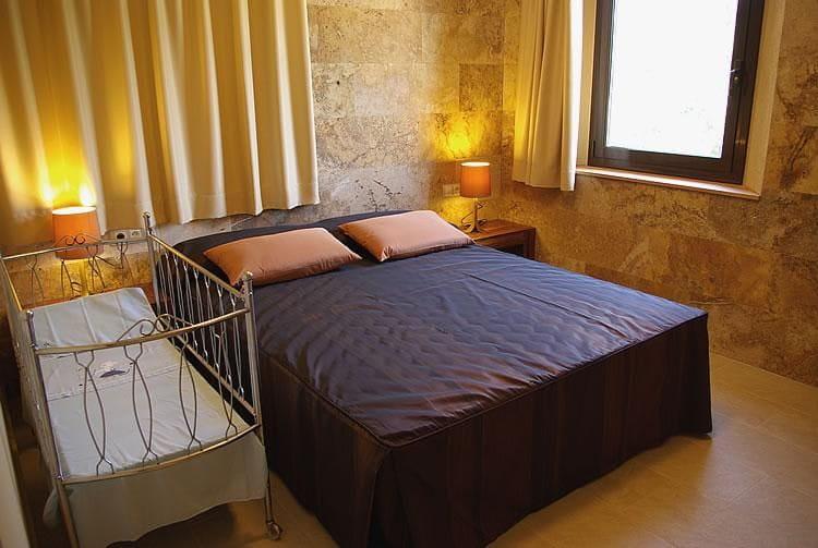 Habitació amb llit doble i bressol.