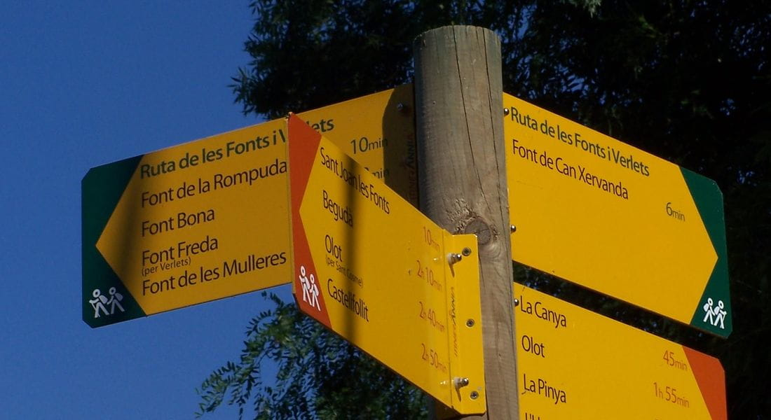 Signage of thematic itineraries Itinerànnia green tip