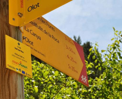 Senyalització direccional xarxa bàsica de camins Itinerànnia que uneix 108 municipis del Ripollès, la Garrotxa i l'Alt Empordà