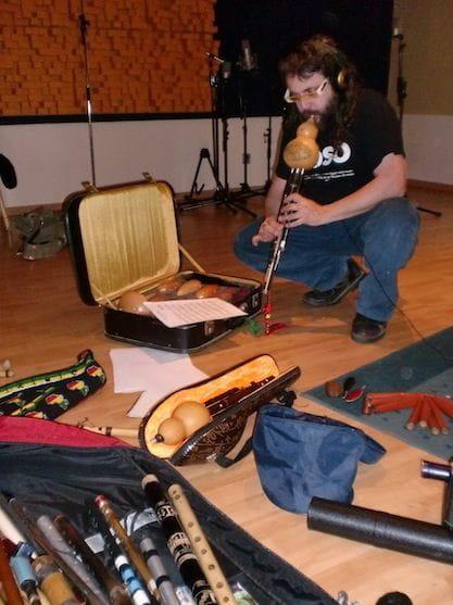 Xavi Lozano durant l'enregistrament de la banda sonora de Coll de Roses.