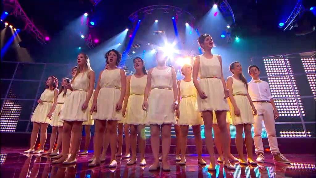 La Coral Geriona interpretant L'Illa de les Dones a TVC