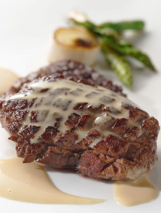Filete de ternera con salsa de foie gras con trufa negra - Filetes de ternera con salsa ...
