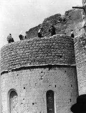 Enderrocament de la fortificació de l'absis principal, maig 1959 (foto J. Sanz)