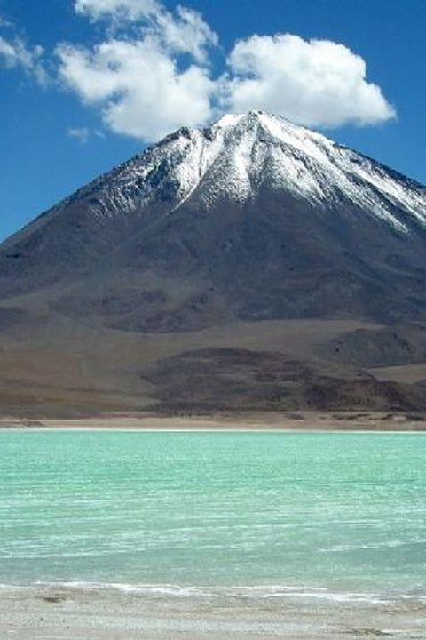 Laguna verde con el volcan Licancabur