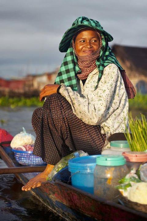Vendedora en mercado flotante