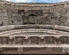 Arco en la entrada del Hospital de Sant Julià de Besalú