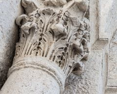 Capitel en la entrada del Hospital de Sant Julià de Besalú