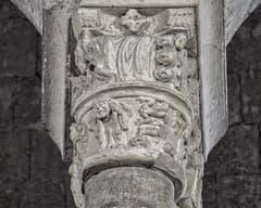 Capitell de l'interior de Sant Pere de Besalú