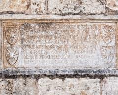 Inscripció a la façana de Sant Pere de Besalú