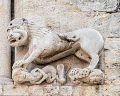 Lleó dret de la façana de Sant Pere de Besalú