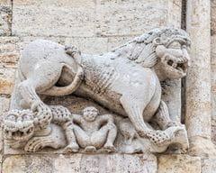 Lleó esquerre de la façana de Sant Pere de Besalú