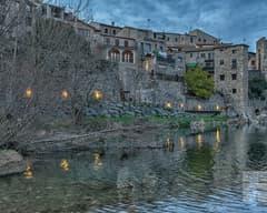 Vista de Besalú desde el río Fluvià