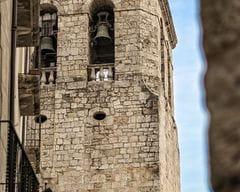 Campanar de Sant Pere de Besalú des del Carrer Ganganell