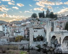 Vista del pueblo de Besalú desde el puente
