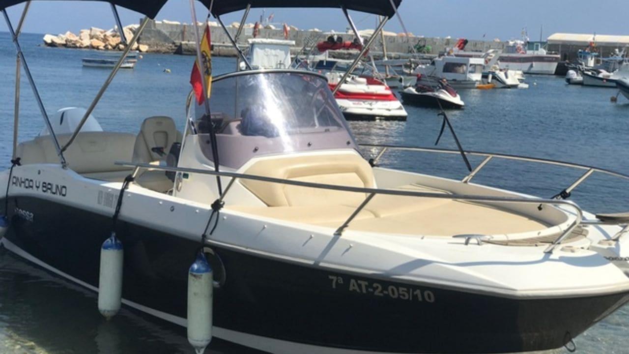 Podràs navegar amb barques com aquesta, una de les millors de llicència de navegació bàsica
