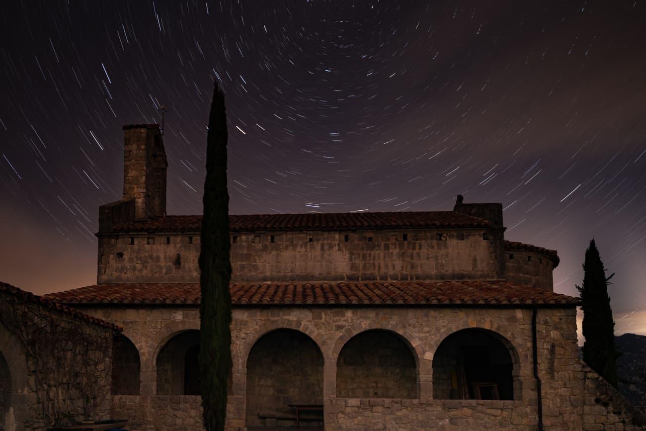 Star trails in Santa Barbara de Prunera's chapel (Alta Garrotxa). Kilian Vindel   -  Irix Firefly 15mm f/2.4 - Canon Eos 760D