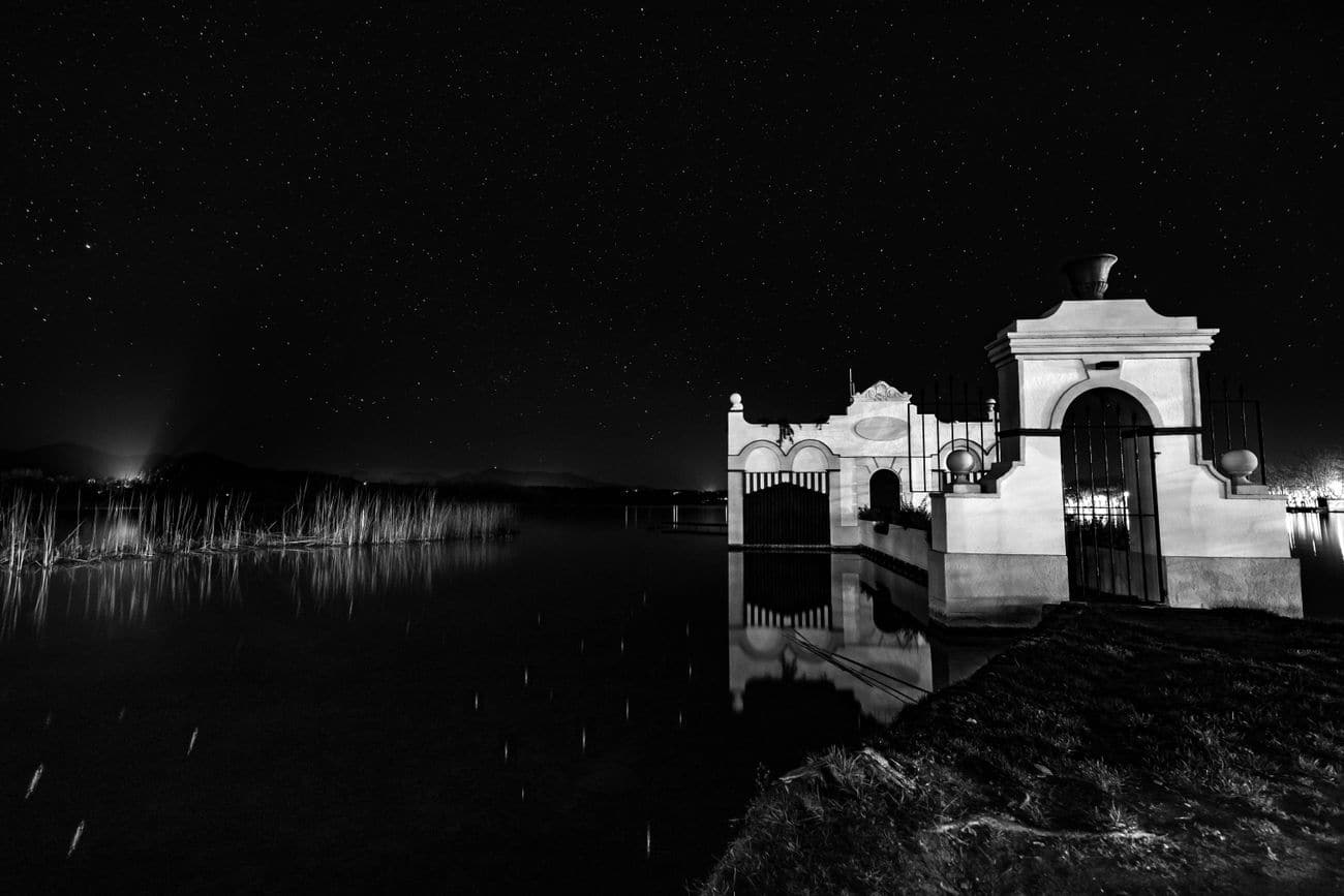 Lake of Banyoles in Monochrone (Pesquera Marimon) and Starry Background. Pla de l'Estany 07.03.19. Kilian Vindel  Canon EOS 6D MARKII   -   IRIX Firefly 15mm f/4.0 20