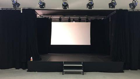 El gimnàs del col·legi Cor de Maria, reconvertit a sala polivalent i teatre.