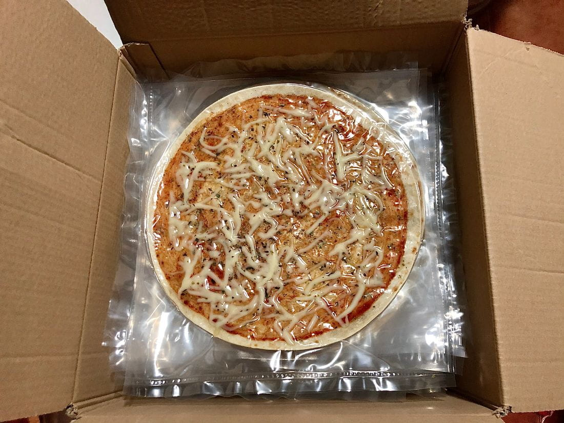 Base de pizza fresca amb tomàquet i mozzarella