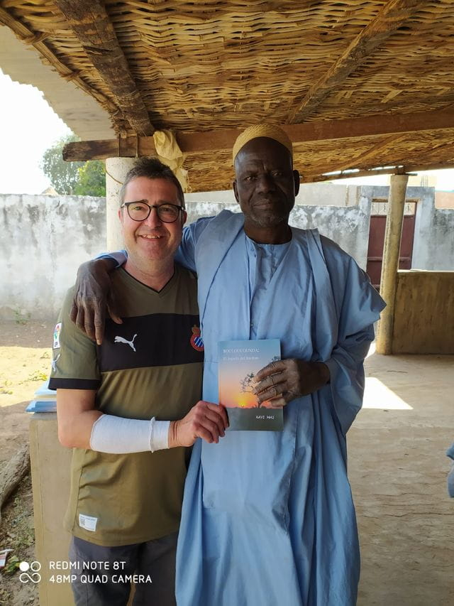Xavi Mas y el alcalde Sr. Bousou Drammeh