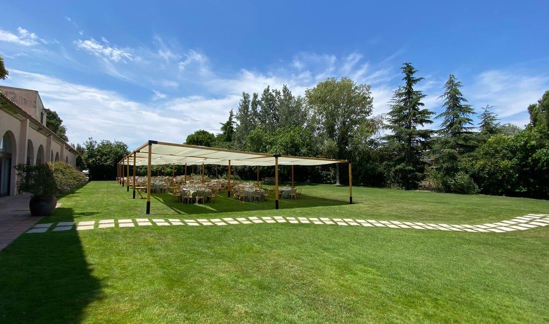 Amplio jardín para el montaje de pérgolas o carpas de grandes dimensiones