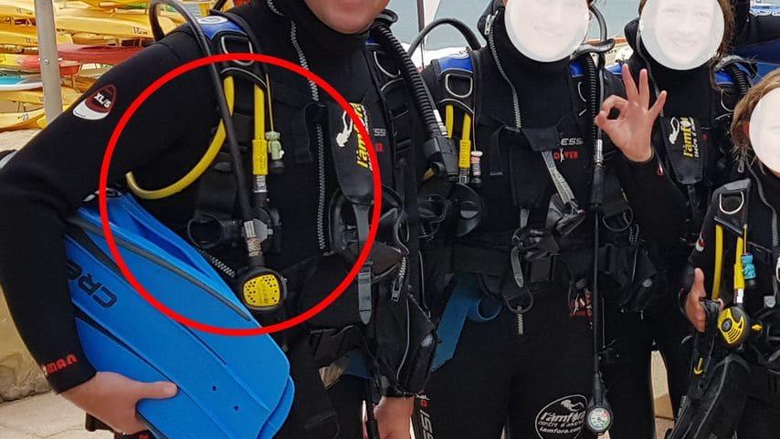 Observar la colocación del regulador auxiliar durante un bautizo de mar