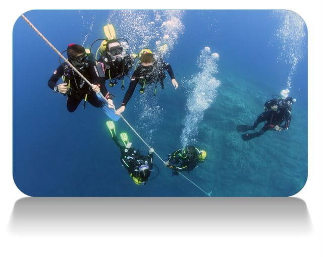 Alumnos curso Open Water Diver ascendiendo a superficie, buceo en Tossa de Mar