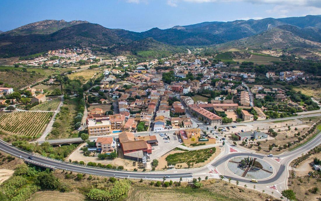 A poca distància de Figueres, Roses i Llançà, i molt ben comunicat, fan del municipi un indret molt dinàmic, situat al bell mig de dos parcs naturals.