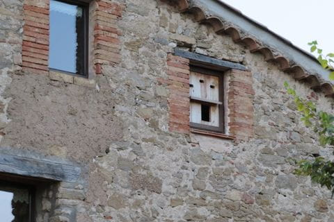 Un forma de convertir una finestra i petita habitació en un niu d'òliba. Aquest home és increïble!