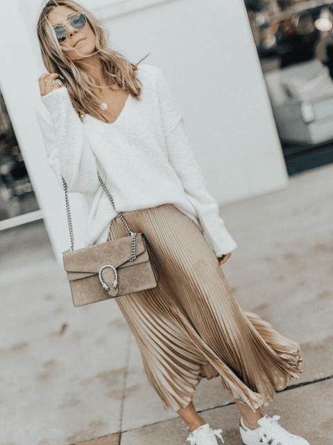 Un oufit ideal con falda satinada en tono dorado/camel y sneakers