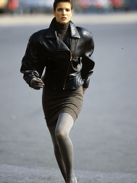 Look dels 80, amb jaqueta de pell i mini faldilla de punt