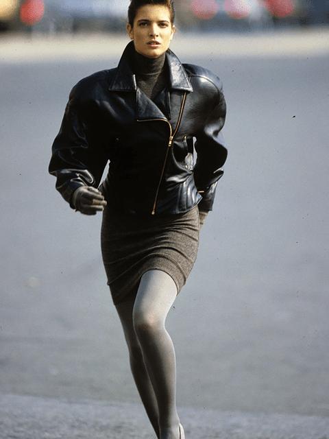 Look de los 80, con chaqueta de cuero y mini falda de punto