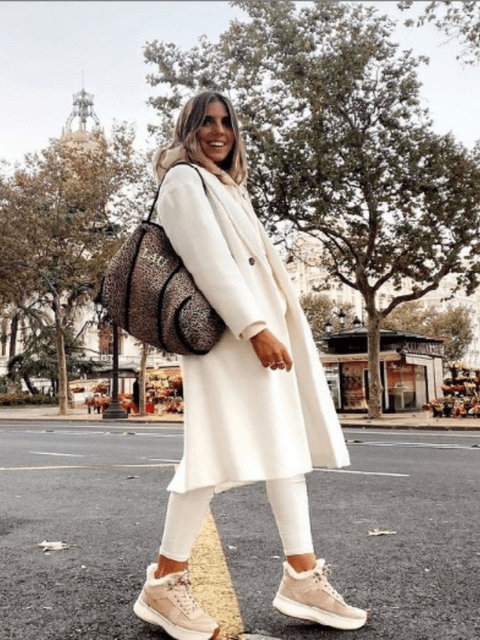 La influencer @lau_closet con un total look en tonos claros.