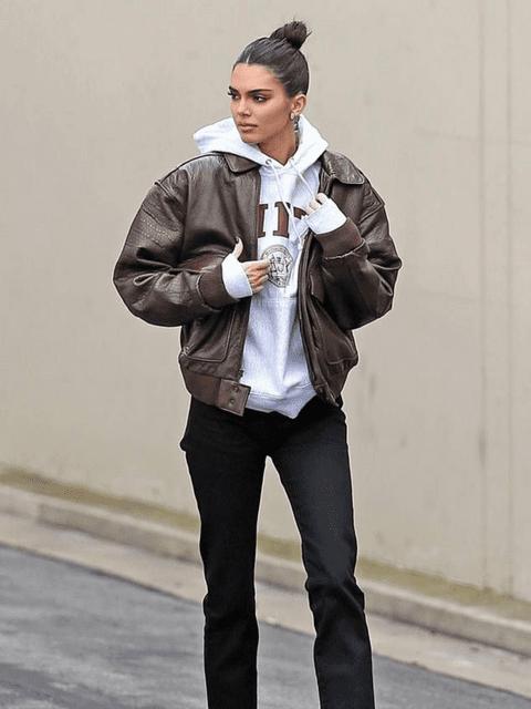 La model Kendall Jenner amb un look vintage amb una jaqueta tipus bomber