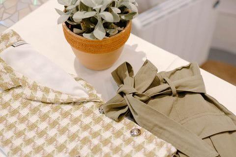 La falda de nudo combinada con el chaleco tweed de cuadros.