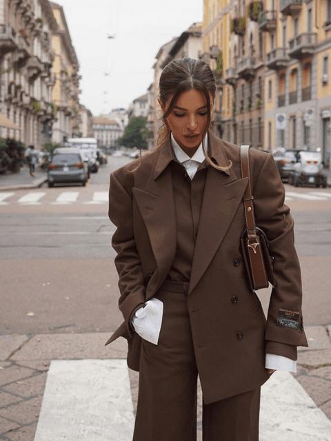 La influencer Negin Mirsalehi con un traje muy ochentero