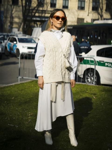 Total look blanco. Con camisa básica, falda satinada y chaleco de punto.