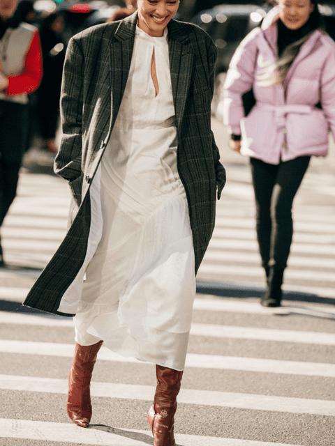 Da una segunda vida a tu vestido más veraniego con un abrigo de cuadros