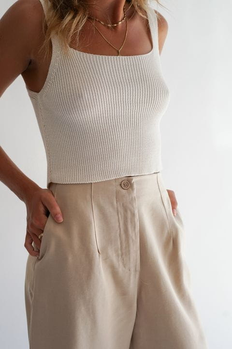 Crop top de punto con pantalón pinzas beige