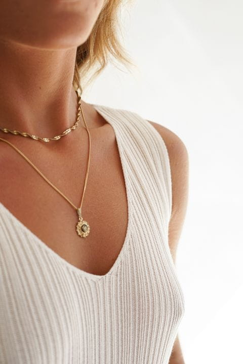 Combina el color crudo con joyas en dorado