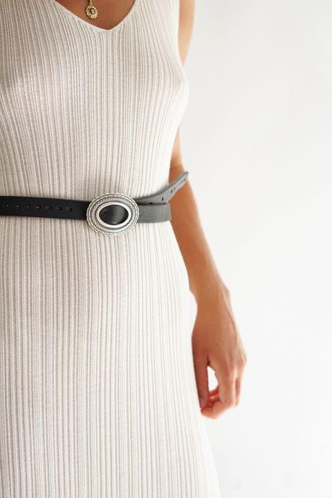 Vestido de punto color crudo con cinturón de piel negro