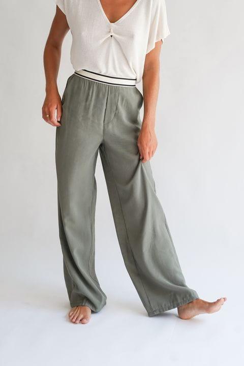 Pantalón fluïdo con camiseta de punto