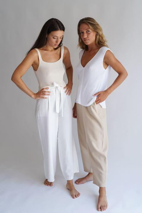 La Judit i la Tere amb pantalons amples i tops de punt
