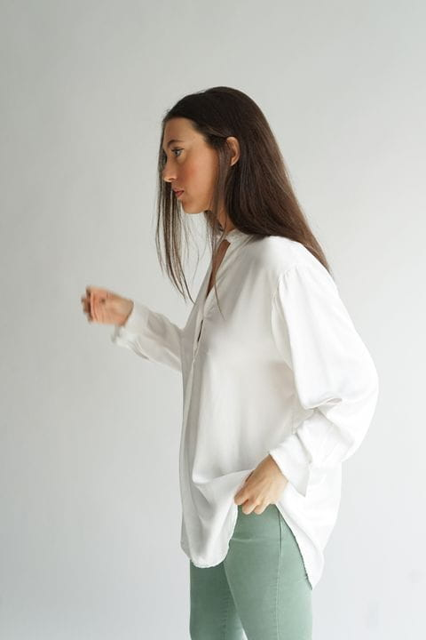 Blusa fluida satinada, color blanco