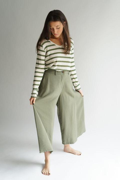 Pantalón culotte con jersei de rayas de lino