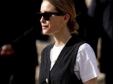 Chaleco de punto negro combinado con camisa blanca. El clásico blanco y negro.