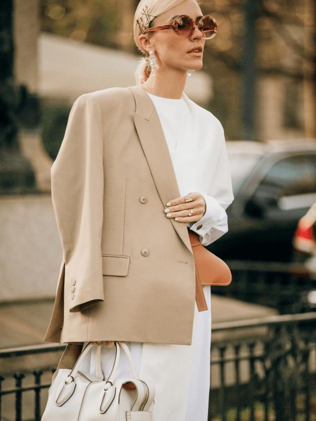 Un blazer de color camel claro le da el toque chic que tu look necesita.
