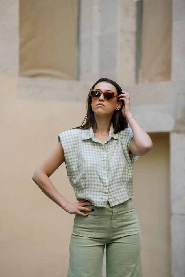 Camisa crop amb estampat vichy color verd alvocat.
