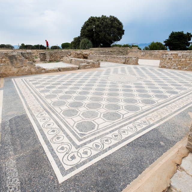 Les ruïnes de l'Emporiae  romana, del segle I aC,  mostren com era la  ciutat, com s'hi vivia  i com eren les cases,  carrers, places, mercats i  temples.