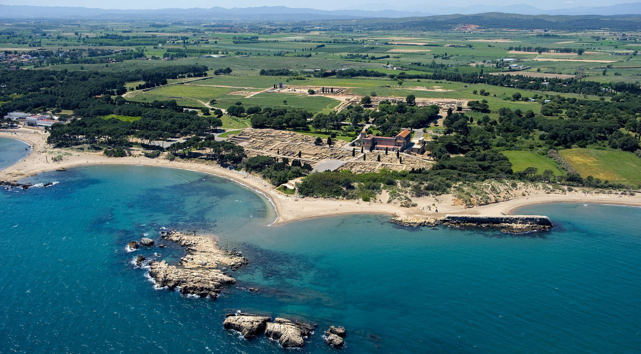 The group of archaeological sites  in Empúries is one of the most  important in Europe and enables  visitors to gain an insight into Greek  and Roman urban development.